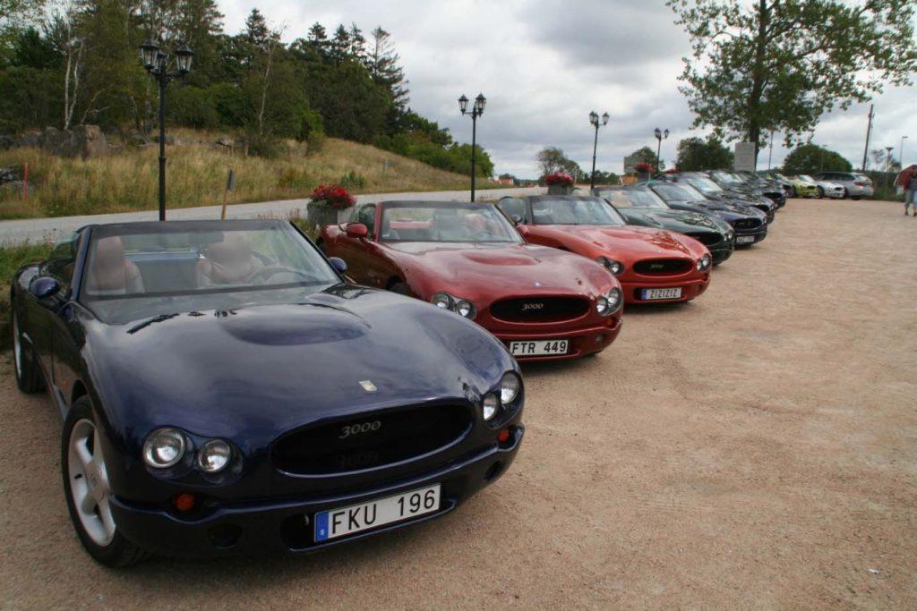 Fler Indigo bilar uppställda på en parkering utanför Orust blommor.